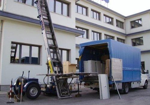 un camion dei traslochi e una scala aerea