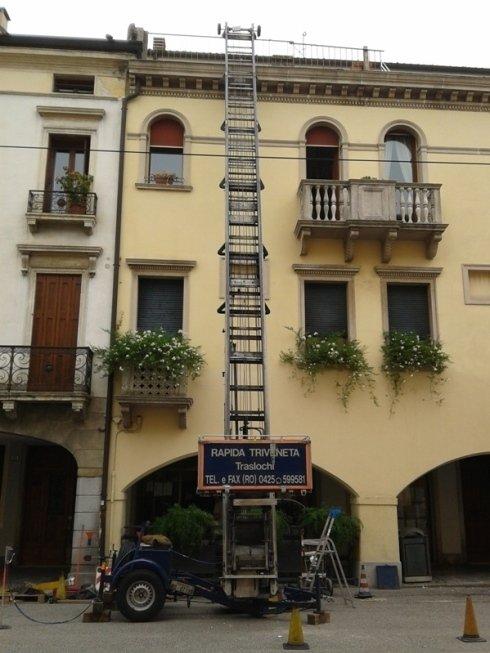 una scala aerea appoggiata su un condominio