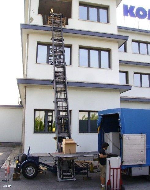 una scala aerea appoggiata su un edificio bianco
