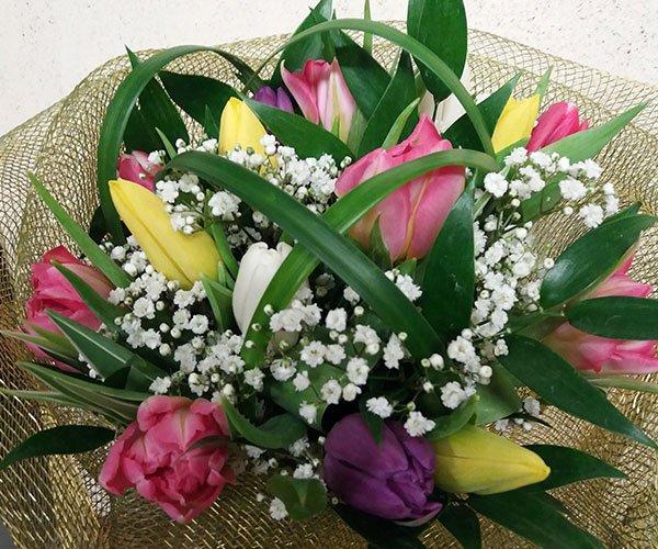 un bouquet di fiori viola,rosa gialli e dei fiorellini bianchi