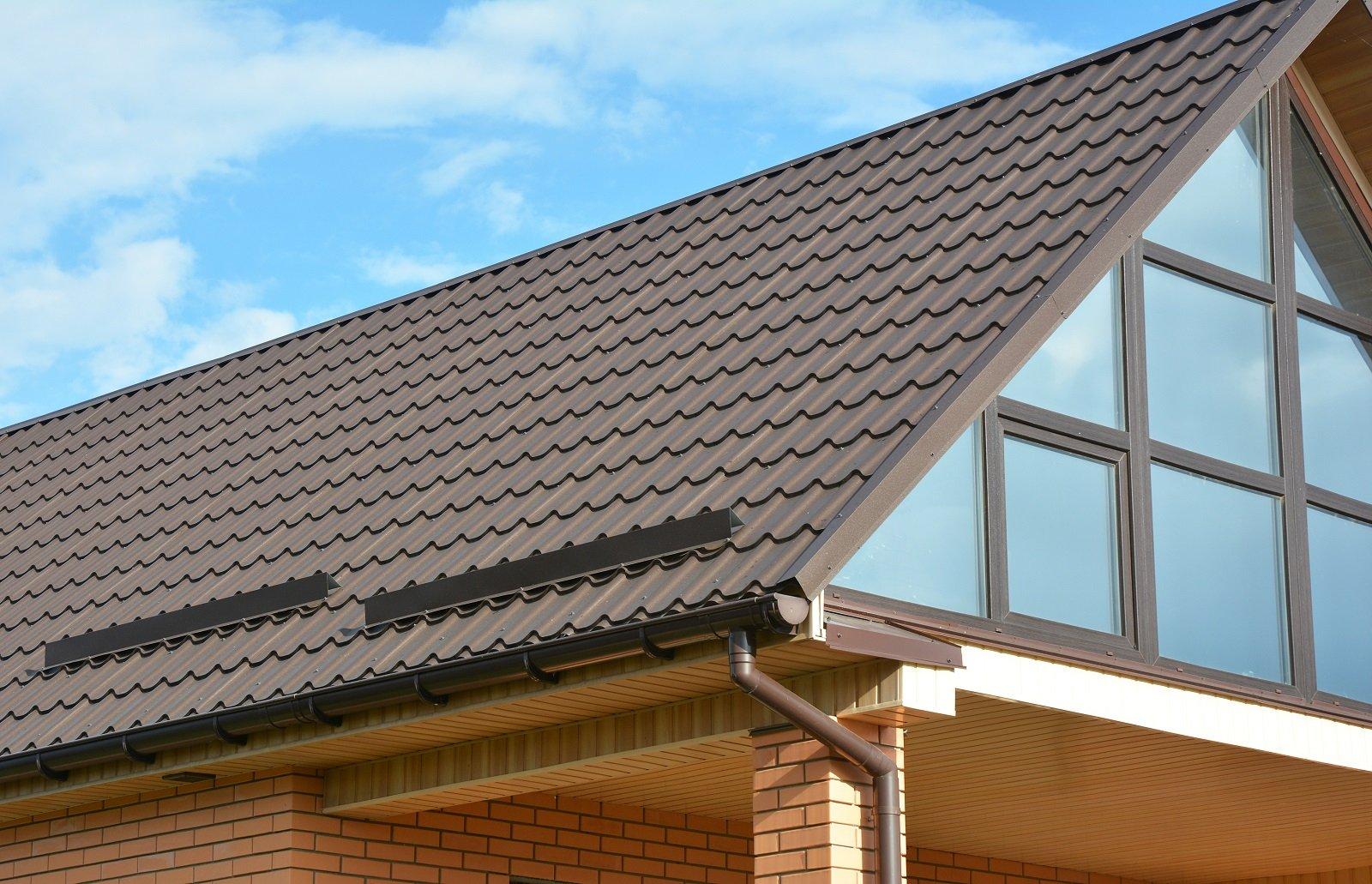 Nuova installazione di grondaie e copertura di tetto
