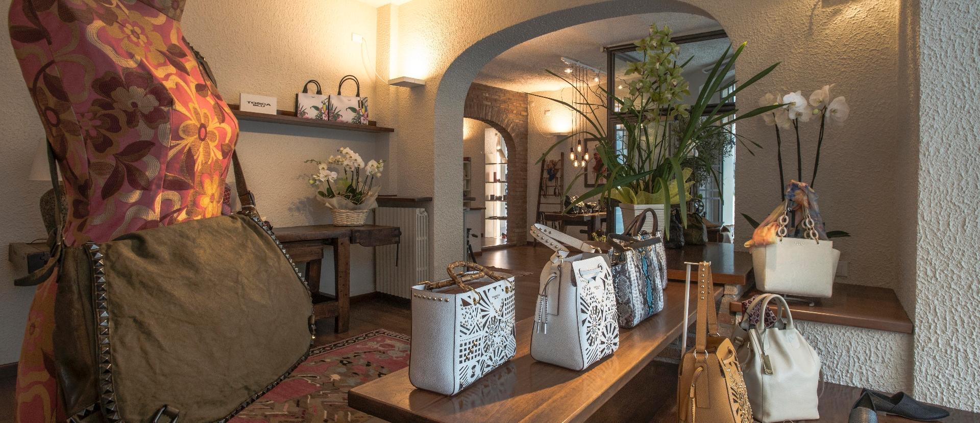 delle borse di pelle di color bianco in uno showroom