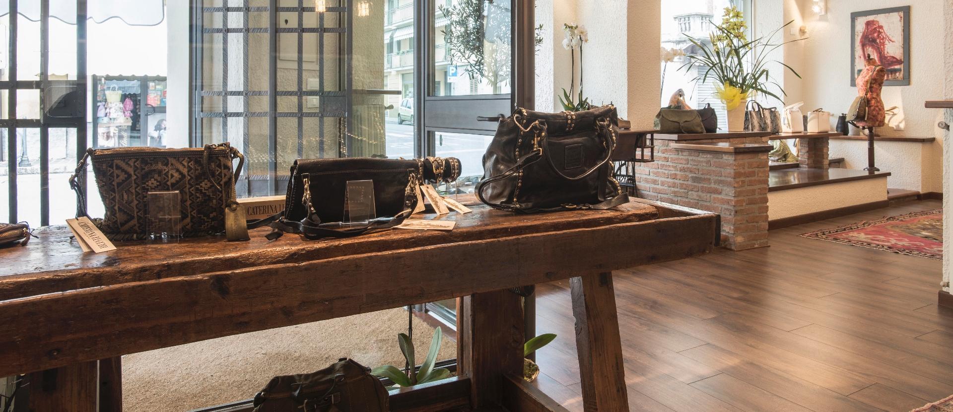 delle borse di pelle di color nero in uno showroom
