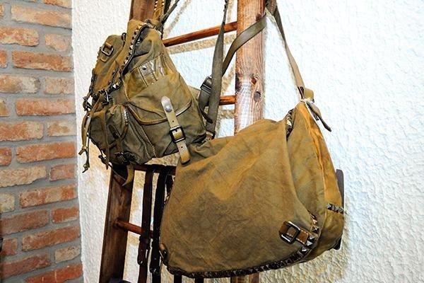 una borsa a tracolla e uno zaino di color verde