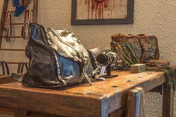delle borse e degli accessori di pelle