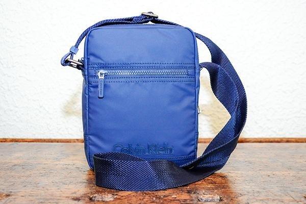 una borsa a tracolla di color blu