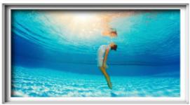 donna immobile sott'acqua, acqua azzurra, riflesso del sole in superficie