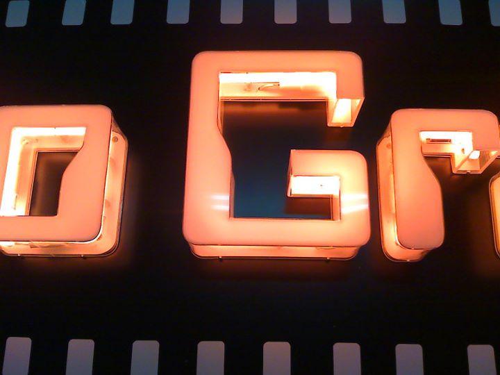 insegna luminosa a lettere grandi