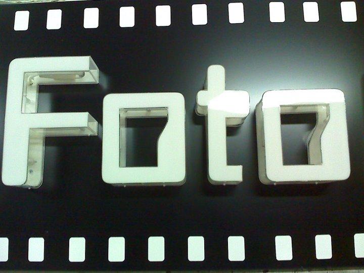 insegna luminosa con scritto FOTO