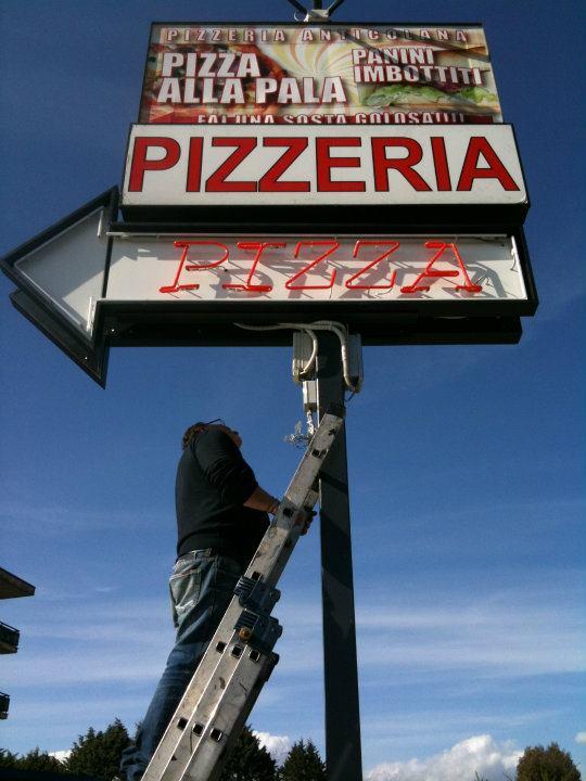 insegna a massello di una pizzeria