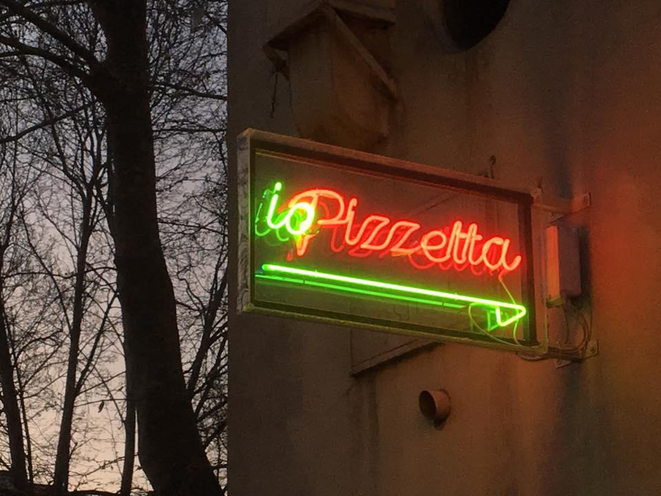 insegna illuminata la pizzeria