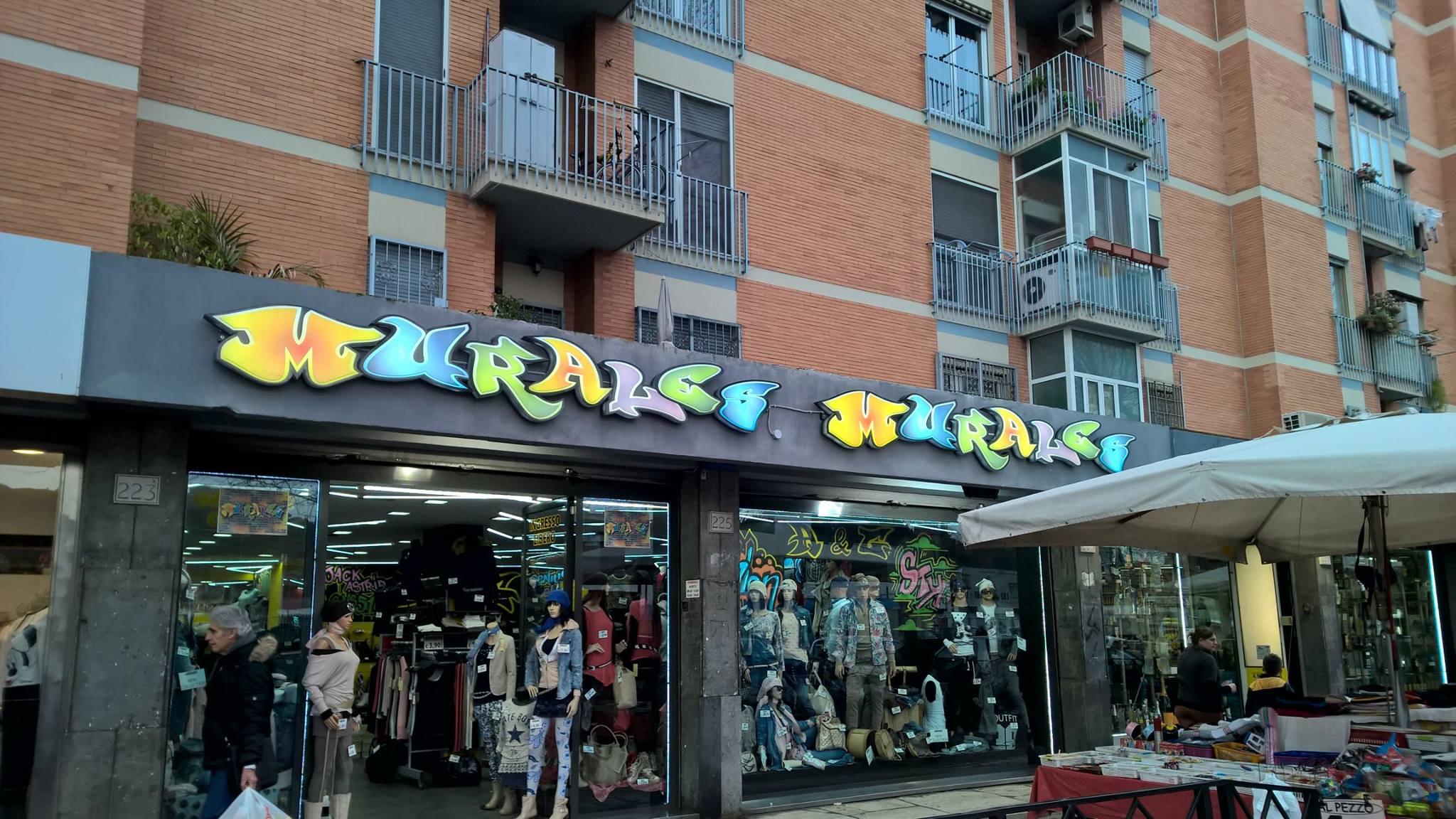 de naam van de winkel op de gevel