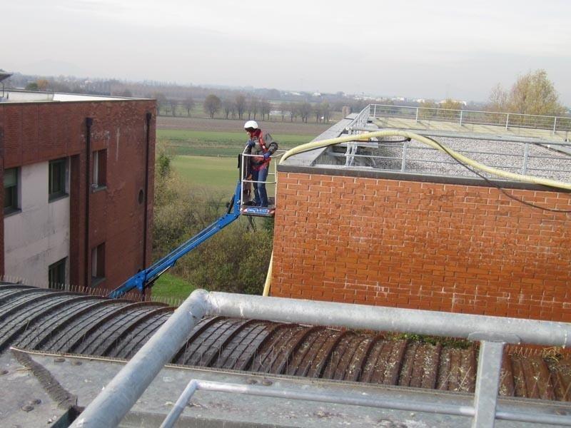 Lavaggio piazzali terrazzi e tetti