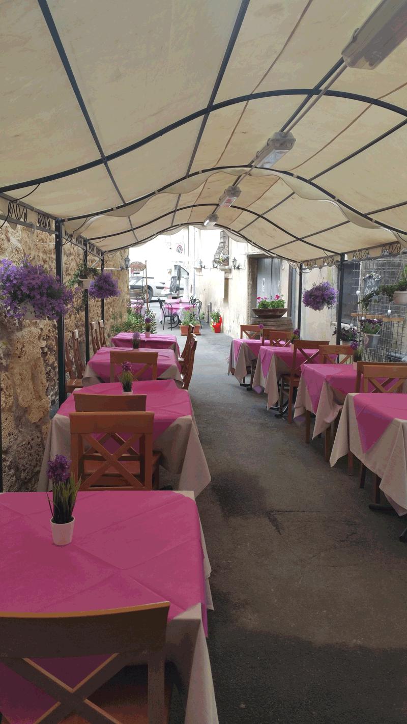 vista del ristorante con tavoli e sedie