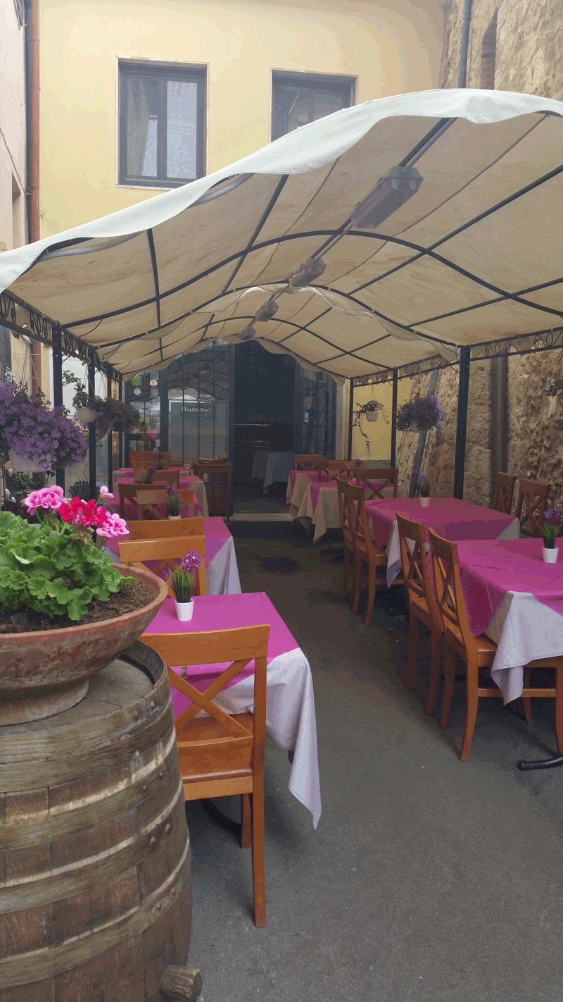 vista interna di una birreria con vase di fiori