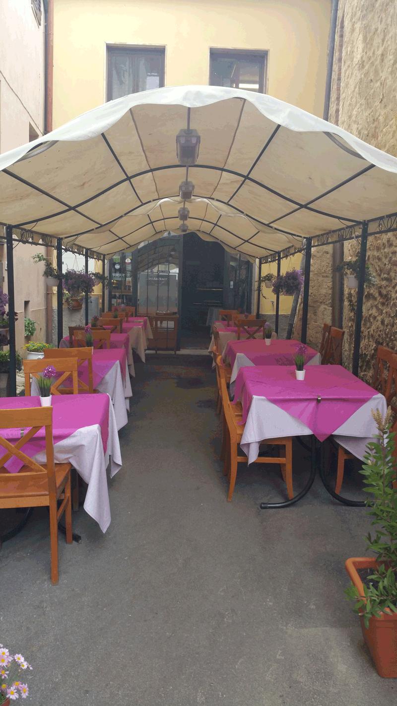 vista di una birreria con tavoli e sedie