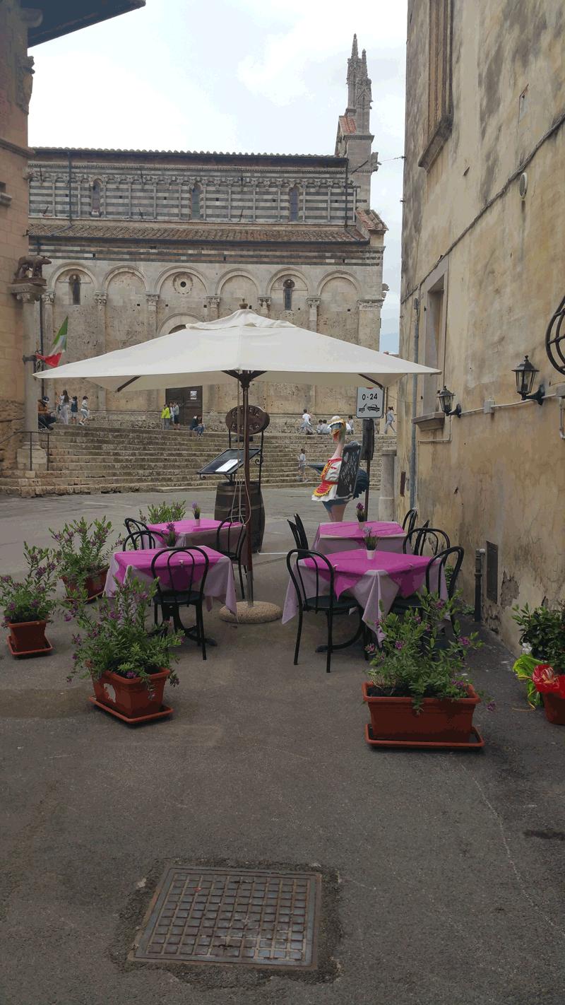 esterno locale davanti alla Cattedrale