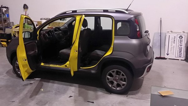vista laterale di un auto con portiere aperte