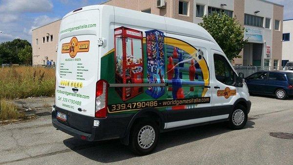 camioncino con scritto Word Games Italia