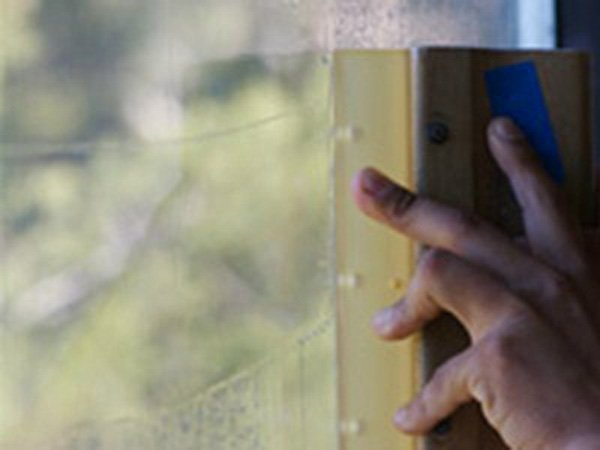 mano che pulisce una finestra