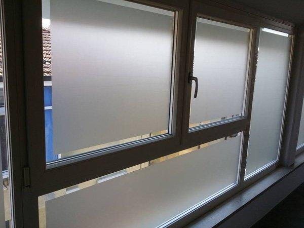finestre con tende parasole verticali