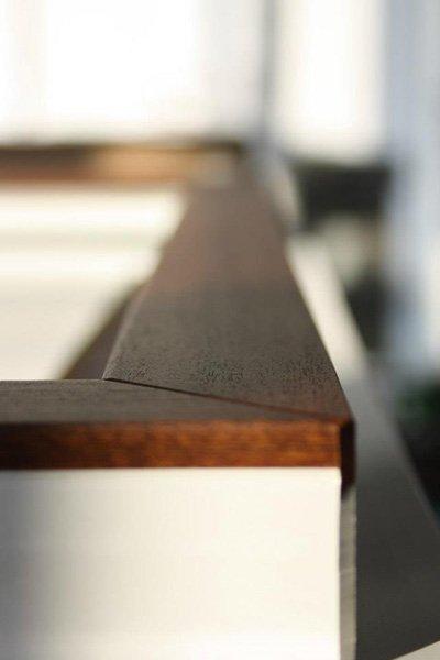 primo piano di un angolo in legno