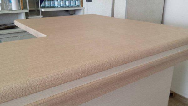 tavolo ad angolo in legno