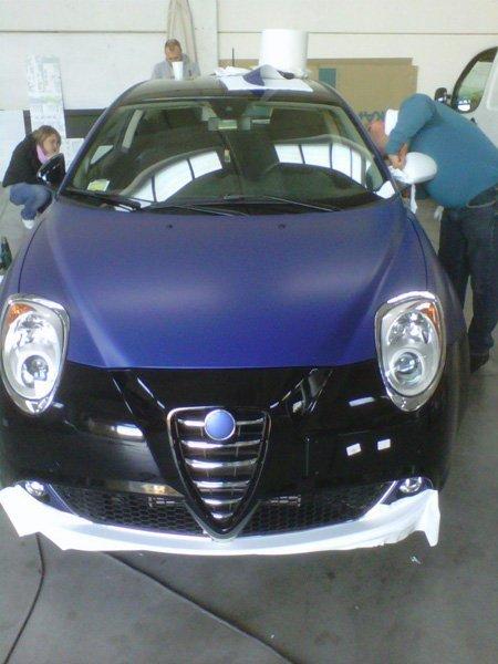 vista frontale auto in riparazione in officina