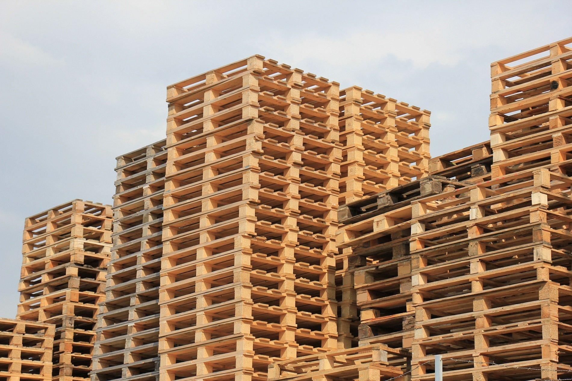 delle pile di bancali in legno