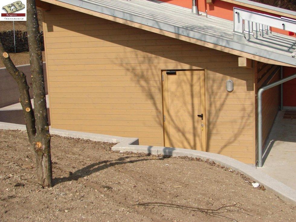 Rivestimenti pareti in legno e fornitura di portoncino
