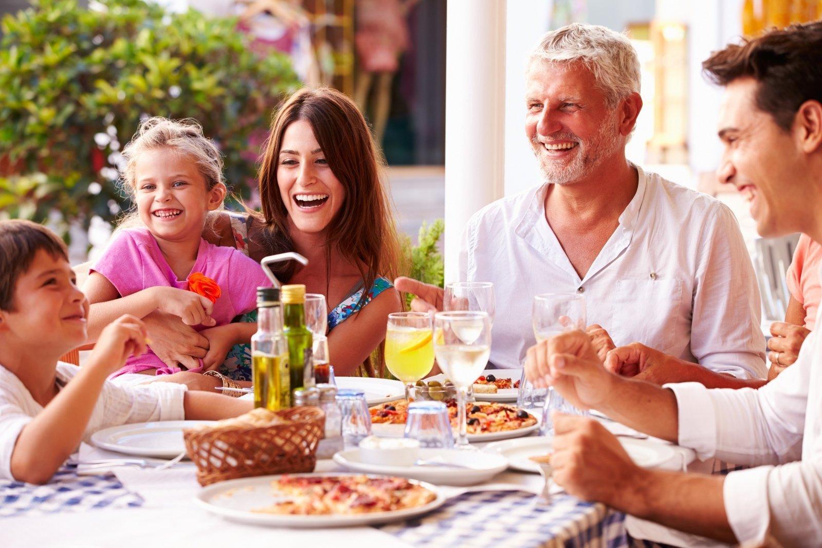 famiglia mentre mangia la pizza