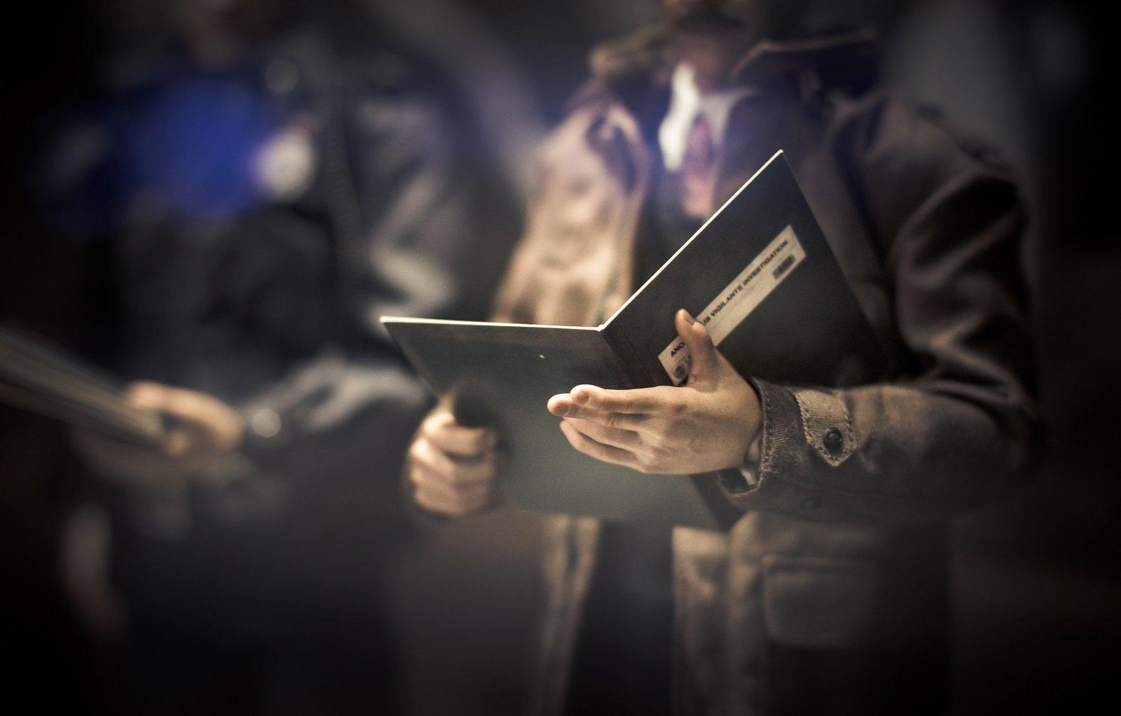 uomo con libro in mano