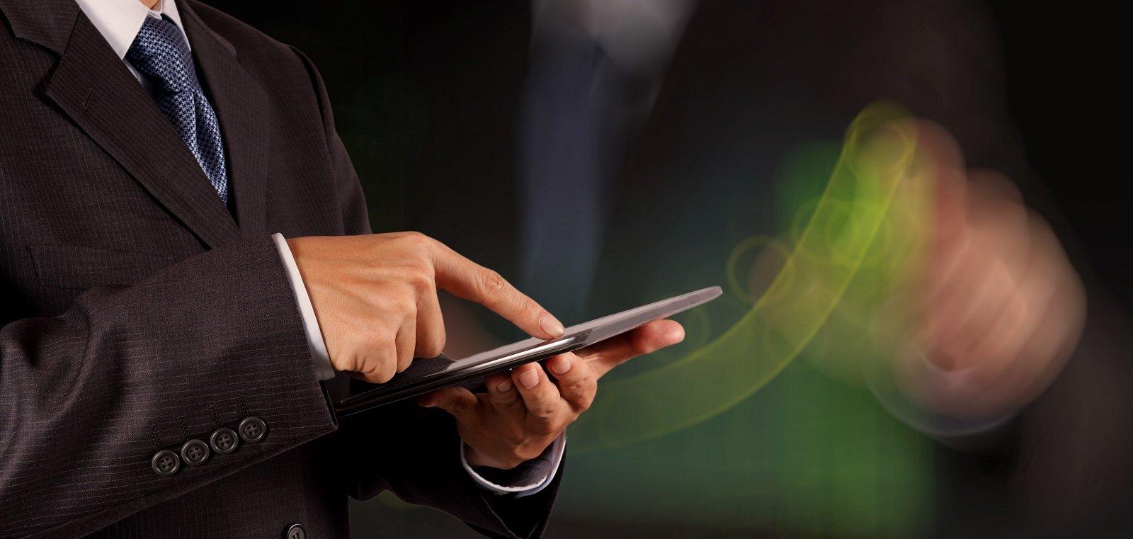 uomo che lavora al tablet
