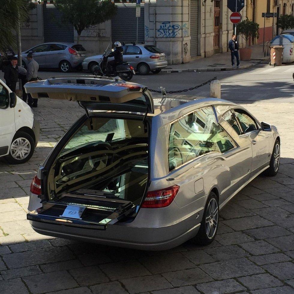macchina funebre portabagaglio aperto