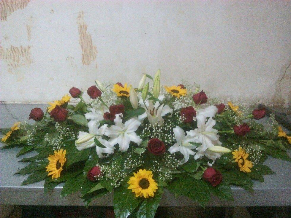 rose rosse fiori bianchi girasoli