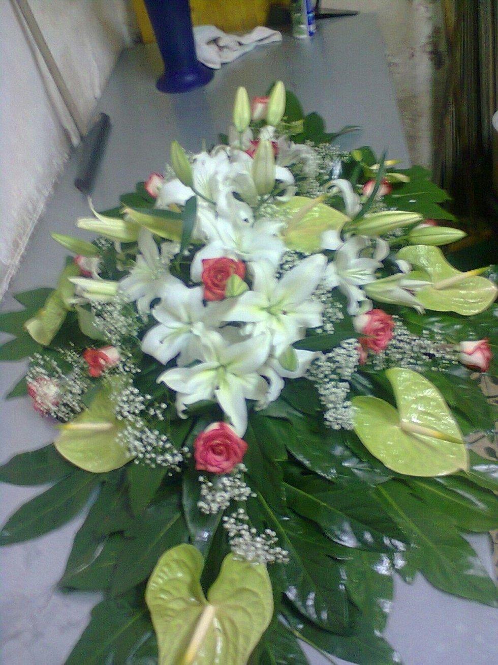 fiori bianchi rose rosa foglie verdi