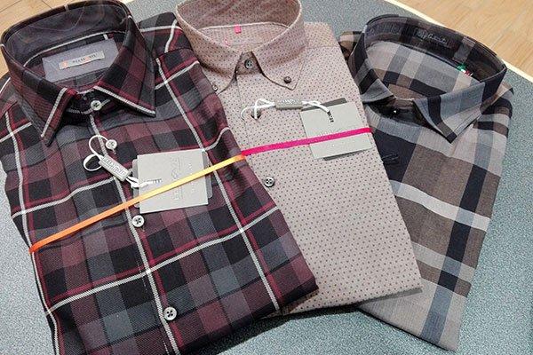 due camicie con disegni a scacchi e una camicia rosa