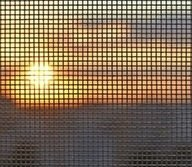 tramonto visto da una zanzariera