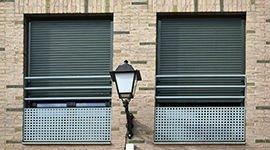 finestre con avvolgibili scuri