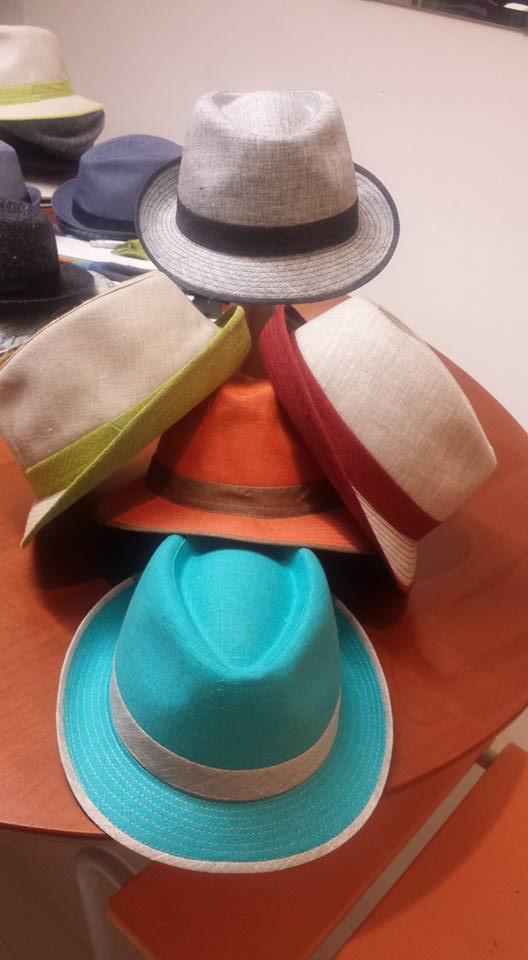 Dei cappelli a borsalino in vari colori