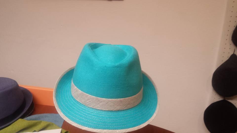 Un cappello a borsalino di color azzurro