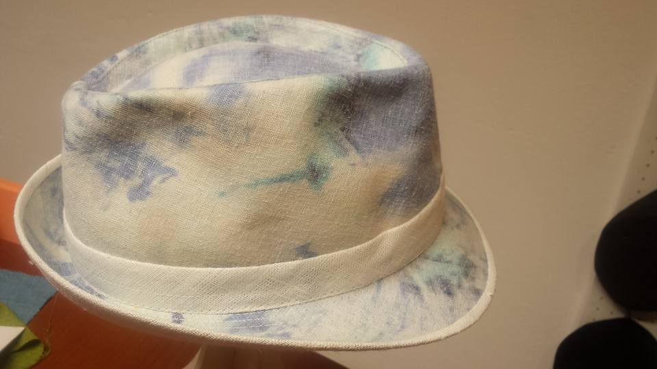 Un cappello di color beige con sfumature blu