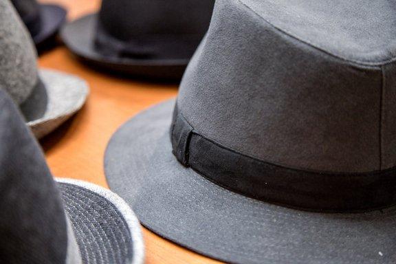 Cappelli di color grigio e nero