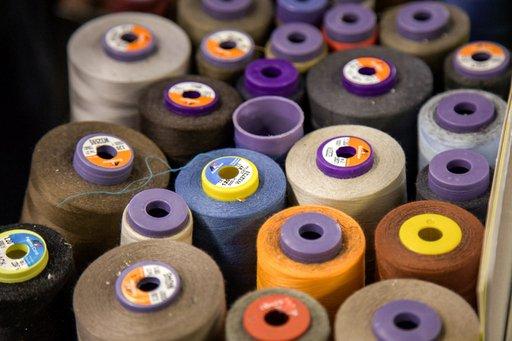 Dei rotoli di fili in vari colori