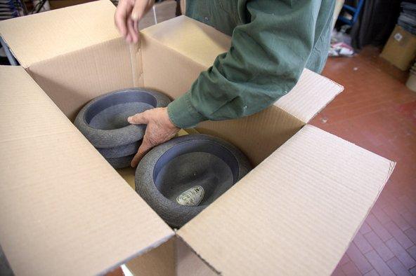 Un uomo mentre organizza dei capelli in una scatola