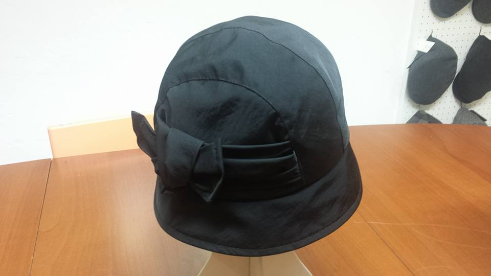Un cappello nero con un fiocco