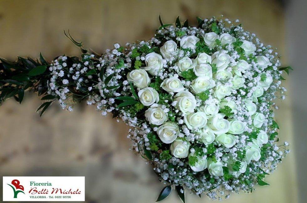 Composizione floreale rose bianche
