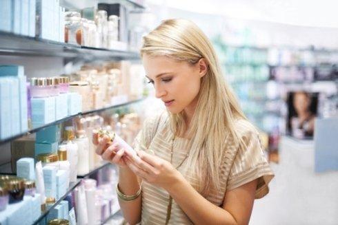 cliente legge le istruzioni di un farmaco da banco