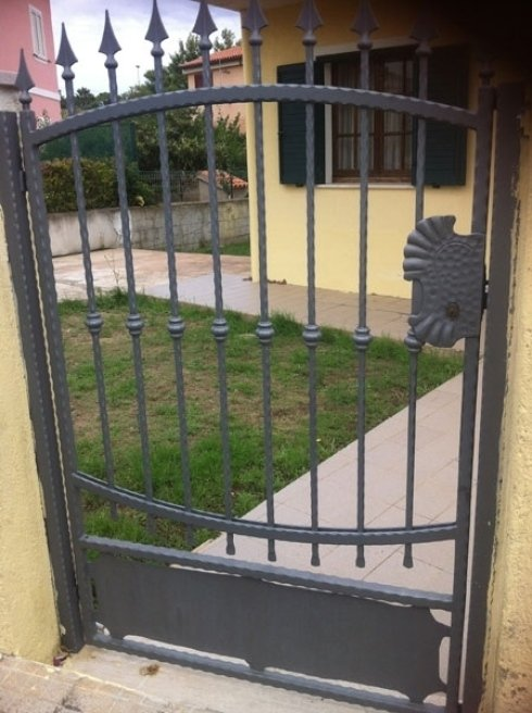 cancello grigio