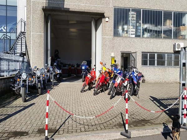 delle moto davanti a un officina